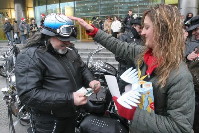 Wolontariuszka Katarzyna Tchórzko wczoraj przyklejała czerwone serduszko Orkiestry nie tylko na torbach, kurtkach i koszulkach, ale także na kasku motocyklisty Juliana.