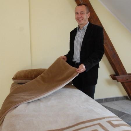 Prezes firmy Kampol Marek Humiński prezentuje pościel Camel Greca