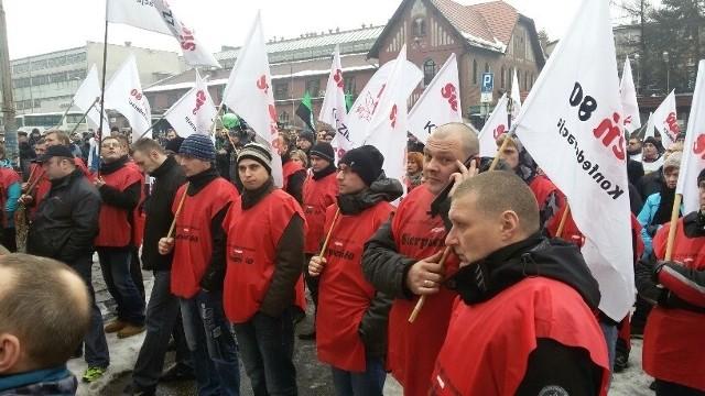 Manifestacja związkowa i górnicza przed kopalnią Boże Dary w Katowicach