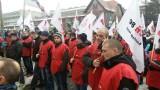 Strajk JSW: Strajkuje prawie 5 tys. górników [WIDEO] Głodówka, manifestacja, blokada drogi