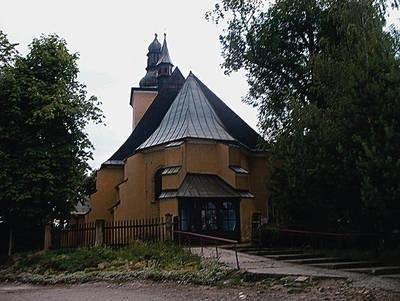 Dzięki dotacji wojewódzkiej oraz z budżetu gminy Biskupice w tym roku zostanie wzmocniona konstrukcja zabytkowego kościoła w Łazanach Fot. Jolanta Białek