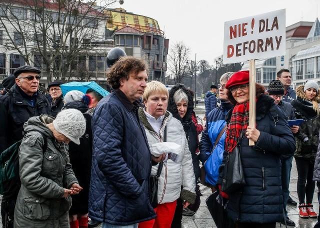 Rodzice protestowali nie raz. Teraz, zamiast wychodzić na ulicę, postanowili nie puszczać dzieci do szkoły