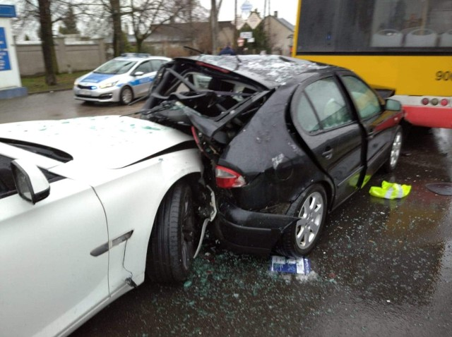 Samochód osobowy marki Seat został zmiażdżony z dwóch stron w Ozorkowie (powiat zgierski). W kolizji drogowej brał udział autobus zastępczej linii tramwajowej 46 oraz samochód marki BMW.  Nikt nie został ranny. CZYTAJ WIĘCEJ NA KOLEJNYM SLAJDZIE>>>>
