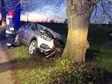 Groźny wypadek na lokalnej drodze. Kobieta wjechała w drzewo