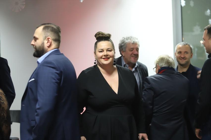 Prezes Martyna Pajączek (w środku), po jej prawej ręce szef Stowarzyszenia RTS Widzew Piotr Pietrasik, a po lewej (tyłem) wiceprzewodniczący Rady Nadzorczej Władysław Puchalski