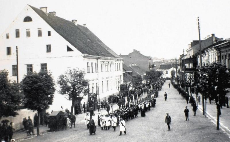 Dom przy ul. Kilińskiego 16 w okresie międzywojennym (ze zbiorów Muzeum Historycznego w Białymstoku) oraz jedyne znane zdjęcie portretowe jego właściciela - Falka Kempnera (ze strony www.geni.com).
