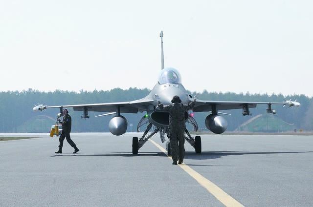 F-16 na płycie bydgoskiego lotniska