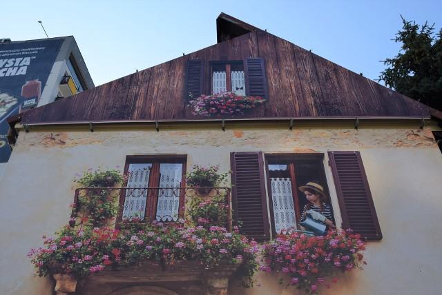 Obraz na ścianie budynku przy ul. Wierzbowej budzi spore zainteresowanie wśród mieszkańców. Wiele osób myśli, że to nowy mural