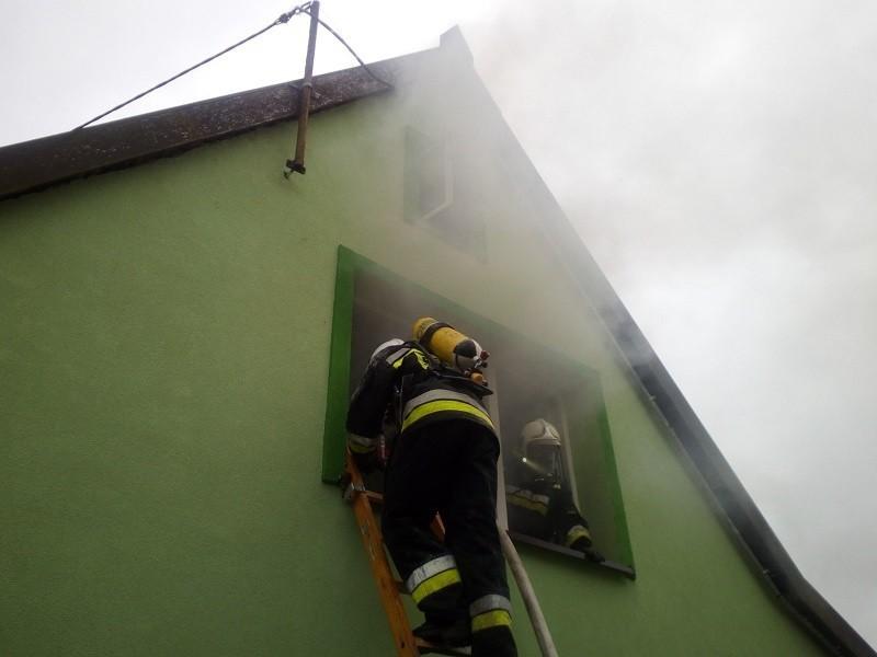 Pożar budynku mieszkalnego na ul. Zbożowej w Węgorzewie (zdjęcia)
