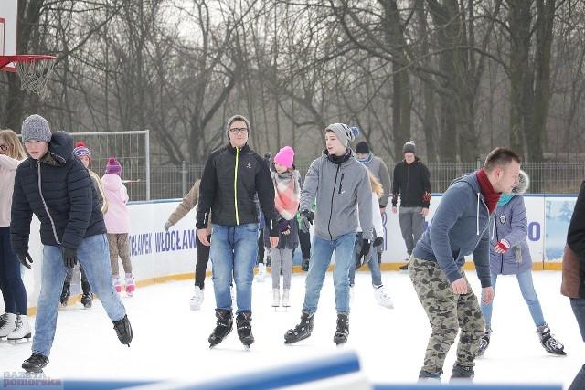 To już prawie półmetek ferii. Jeszcze przez tydzień dzieci i młodzież cieszyć się będą zimową przerwą w nauce. Wolny czas spędzają na półkoloniach, wyjazdach lub w domu. Na miejskie lodowiska można wejść za darmo. Wystarczy legitymacja szkolna.Pogoda na dzień (15.02.2018)  | KUJAWSKO-POMORSKIE(źródło: TVN Meteo/x-news)