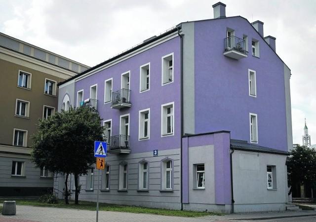 Fioletowa kolorystyka elewacji budynku przy Częstochowskiej 3 wzbudziła kontrowersje