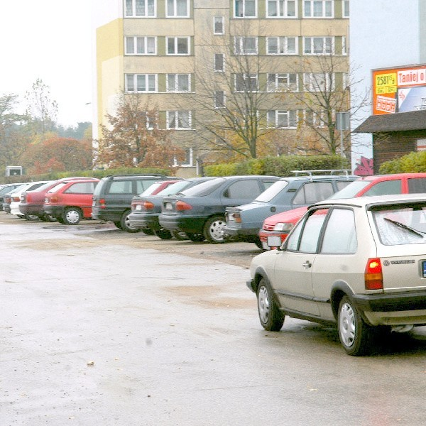 Mieszkańcy bloków przy ul. Łyskowskiego zostawiają swoje auta co noc na parkingu, ale boją się o ich bezpieczeństwo.