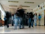 Słupsk: Przez podwójny rocznik uczniowie na przerwach nie mieszczą się w szkolnych korytarzach - zobacz wideo