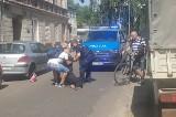 Młody mężczyzna kładł się na jezdni i blokował ruch tramwajów. Interweniowała policja i pogotowie. Był na dopalaczach?