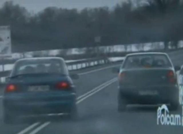 Kierowca wyprzedzał fiata na podwójnej ciągłej. Został zatrzymany.