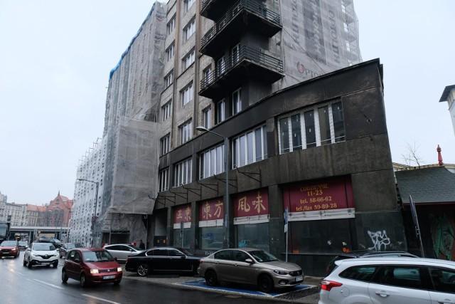 Dawny Dom Powstańca w Katowicach odzyskuje blask. Elewację od strony Sądowej już odnowiono. Rusztowania pokryły front budynku
