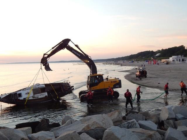 Wyciąganie jachtu Nautilio z wody na plaży wschodniej w Ustce
