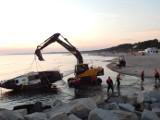 Na plaży w Ustce koparka wyciągnęła jacht z wody