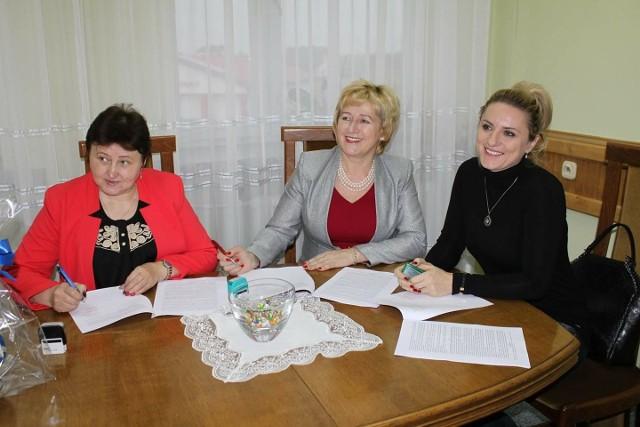 We wtorek podpisano umowy z wykonawcami remontów. Od lewej: skarbnik gminy Łopuszno Teresa Poświat, wójt Łopuszna Irena Marcisz i reprezentująca firmę Kami Katarzyna Kmita.