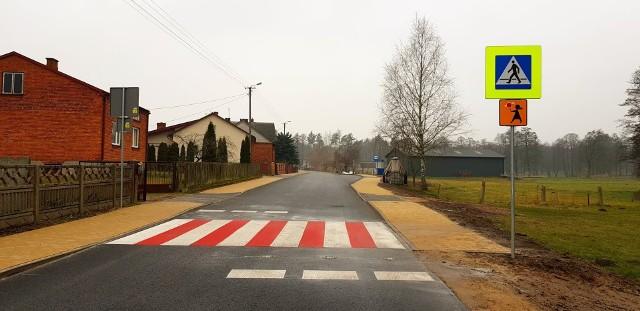 Zakończył się gruntowny remont drogi gminnej w Koszarach. Za ponad milion złotych wyremontowanych zostało 1390 metrów jezdni. Powstały też nowe chodniki i zatoki autobusowe.