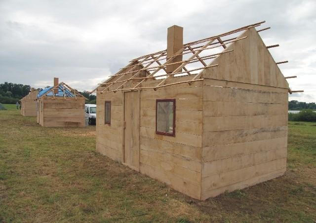 Nad zalewem w Radymnie kończy się budowa wołyńskiej wioski. Drewniana makieta spłonie podczas sobotniej rekonstrukcji historycznej. To nawiązanie do ludobójstwa dokonanego 70 lat temu przez ukraińskie OUN-UPA na Wołyniu, na ludności polskiej,  czeskiej, ormiańskiej, rosyjskiej, ukraińskiej i żydowskiej.http://get.x-link.pl/7942af38-b702-bd05-845b-0a216b794791,0a1149f3-f656-45d2-afda-961d95a839e6,embed.html