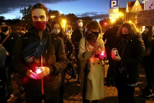 """Kilkadziesiąt osób ruszyło w marszu """"tysiąca zniczy"""""""