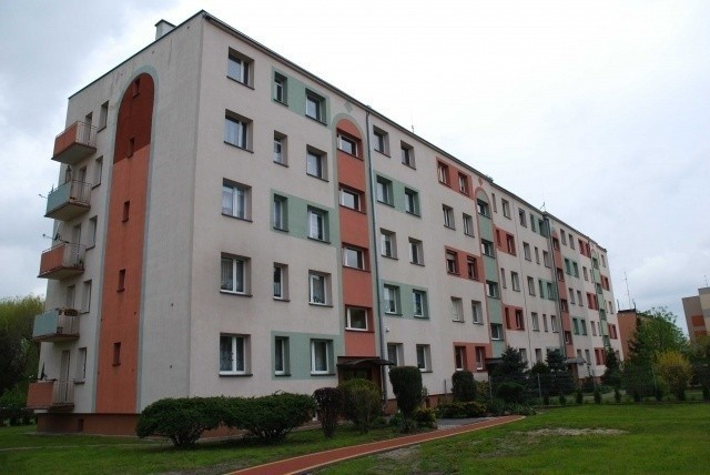 Kędzierzyn-Koźle, ul. Chrobrego 22A/8Lokal znajduje się w północno-wschodniej części Kędzierzyna-Koźla, przy ulicy Chrobrego 22-22a.Budynek, w którym znajduje się mieszkanie, jest w zabudowie wolnostojącej. Rok budowy 1975.