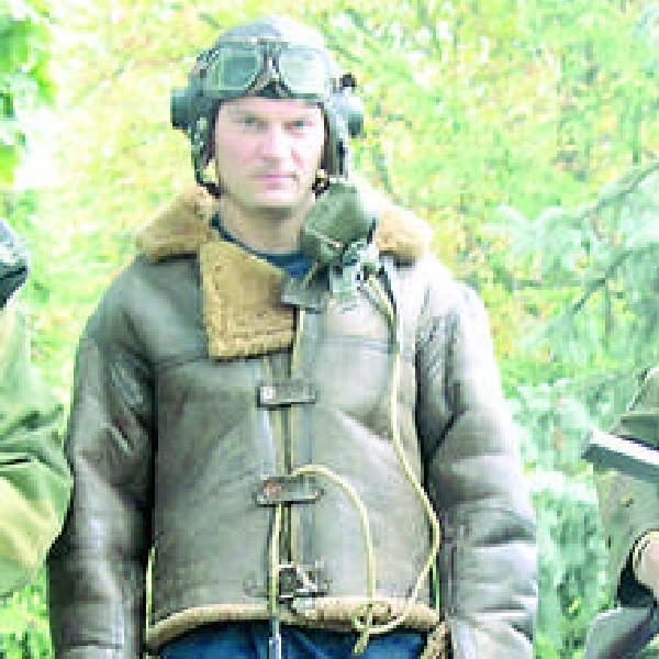 Arkadiusz Kaliński w stroju lotnika angielskiego z czasów II wojny światowej.