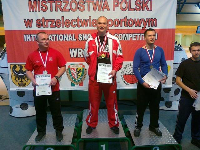 Tomasz Wawrzonowski (w środku)