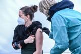 Brak szczepienia przeciw COVID-19. Niektórzy pracodawcy za to nękają i grożą zwolnieniem. Prawnicy: Prawo uniemożliwia takie działanie
