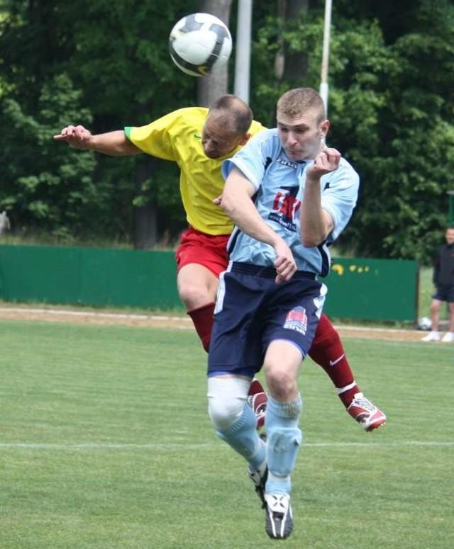 Grzegorz Chojnowski (z lewej), zdobywca dwóch bramek dla Leśnicy, walczy ze stoperem gości Adrianem Czernikiem.