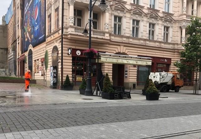 Od rana ekipy Łódzkiego Zakładu Usług Komunalnych myją ulicę Piotrkowską. Skoro świt prace były prowadzone w rejonie pasażu Schillera i kontynuowane w stronę ulicy Nawrot. Czytaj, zobacz ZDJĘCIA na kolejnych slajdach