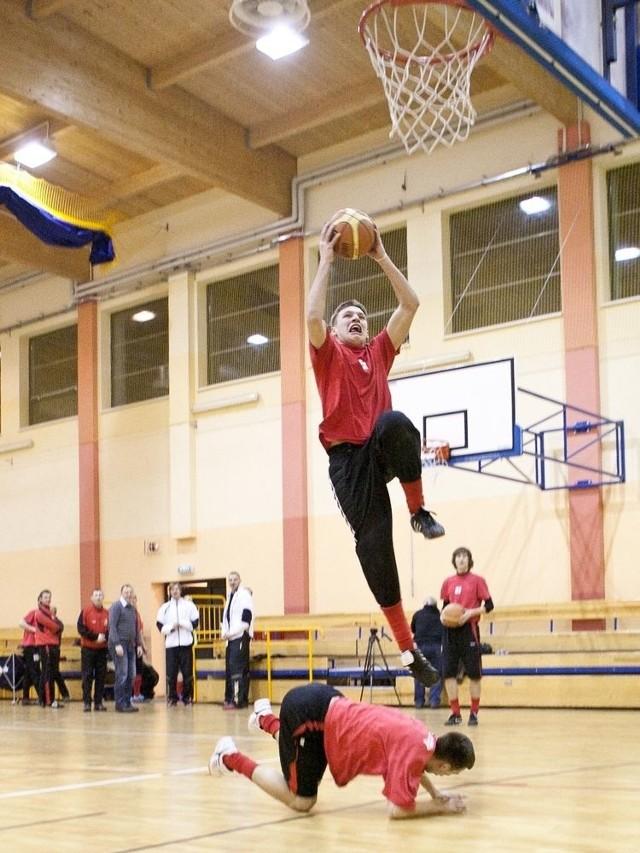 Piłkarze Gryfa zaczynają ligę 17 marca. Przed startem mieli także treningi koszykarskie. Teraz działacze Gryfa idą na rękę fanom, którzy dopingują piłkarzy i koszykarzy.