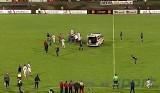 Młody zawodnik, reprezentant kraju zmarł na boisku podczas meczu ligowego! [FILM]