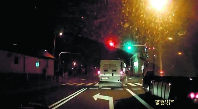 Fiat ITD na czerwonym świetle wjechał na skrzyżowanie i wyprzedził ciężarówkę.