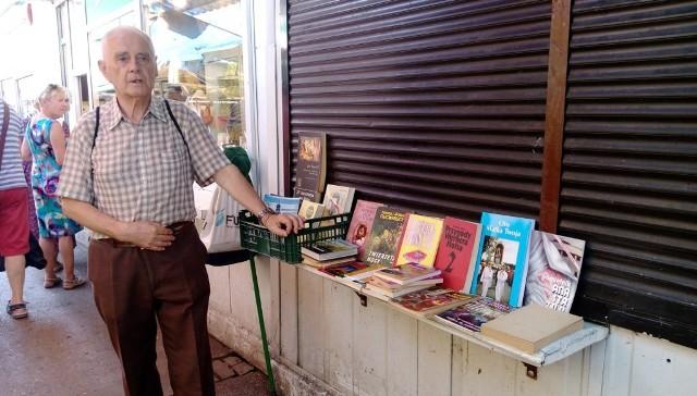 Zenon Fabiś, 81-letni poznaniak na rynku Jeżyckim pojawia się od pół roku, można go spotkać 2-3 razy w tygodniu.