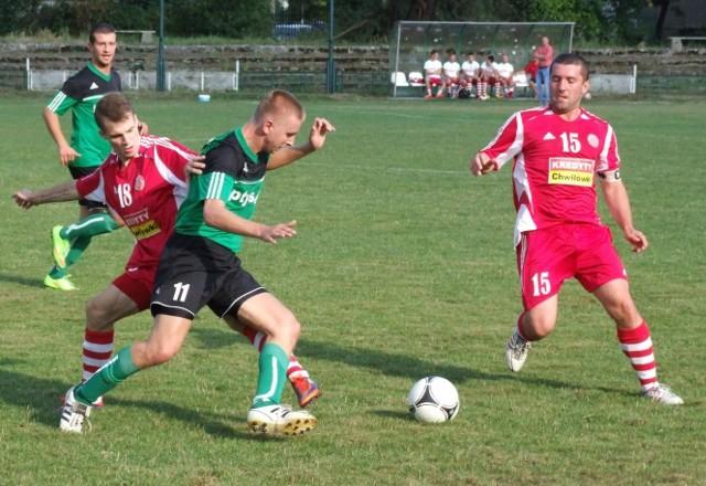 Bartłomiej Mika (zielona koszulka, nr 11), autor gola dla Chełmka, w pojedynku z Szymonem Brańką (Soła II). Z boku Krzysztof Zarzycki (Soła II), a w tyle Sebastian Chojnowski (Chełmek).