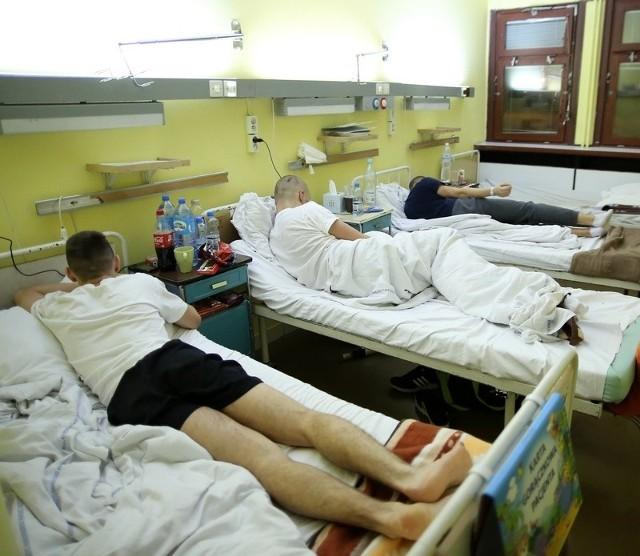 Pobici chłopcy przebywają na oddziale chirurgicznym ICZMP.