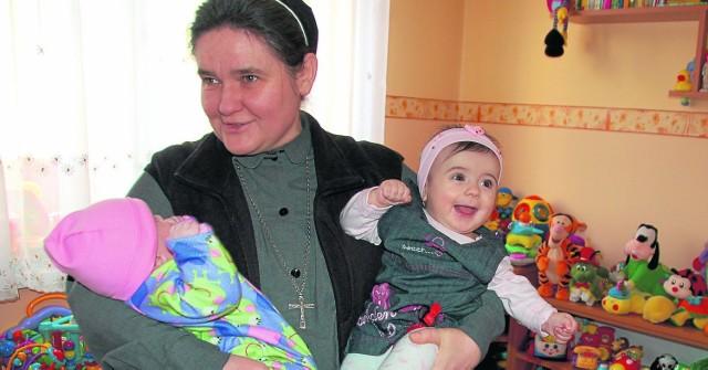 Urszulanka Monika Ostaszewska w Domu Samotnej Matki w Tarnowie. Na rękach trzyma dwoje dzieci (Ula po prawej)