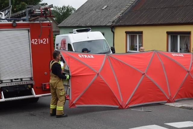 Kierowca busa dostawczego zginął pod kołami swojego samochodu. Do tragedii doszło w piątek na ul. Żuławy w Gnieźnie.