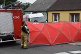 Tragedia na ul. Żuławy w Gnieźnie. Kierowca busa zginął pod kołami swojego samochodu