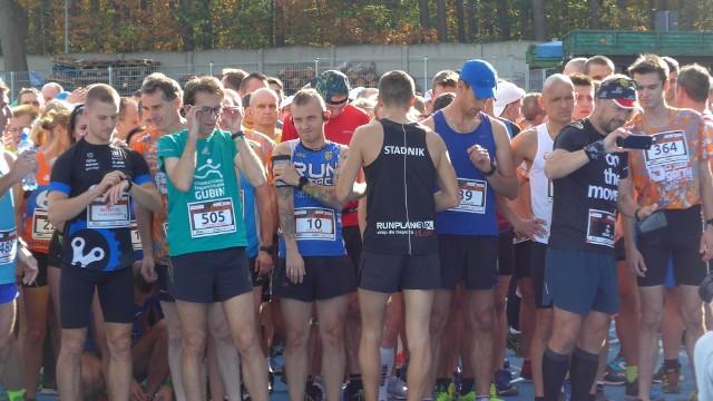 W 5. Crossie Górskim po Zielonym Lesie wystartowało ponad 640 zawodników i aż 200 dzieci. Najmłodszy zawodnik, który stanął na starcie niedawno skończył rok, dlatego w ukończeniu biegu pomagali mu rodzice. Zresztą inne maluchy też były mocno wspierane i dopingowane przez najbliższych. - Ale liczy się że ukończyli bieg, bo jak wiadomo sport wzmacnia charakter, co pomaga w przyszłym życiu- mówi Anatol Kałasznikow, jeden z współorganizatorów żarskiego crossu W biegu w wersji mini dzieci do 10 roku życia musiały pokonać dystans 700 metrów, starsi-do 16 lat mieli do przebiegnięcia ścieżkami Zielonego Lasu już prawie 3 km. Bieg właściwy  dla dorosłych liczył 11 km i ruszał ze stadionu Syrena. Trasa była dość wymagająca z podbiegami interwałowymi.  Do Żar przyjechali zawodnicy z innych miast. Nad wszystkim czuwało 80 wolontariuszy. O nagrody zadbali firmy: Anatol AK ale i Swiss Krono. Zobacz też: Bieg Gladiatora 2019 w Zielonej Górze