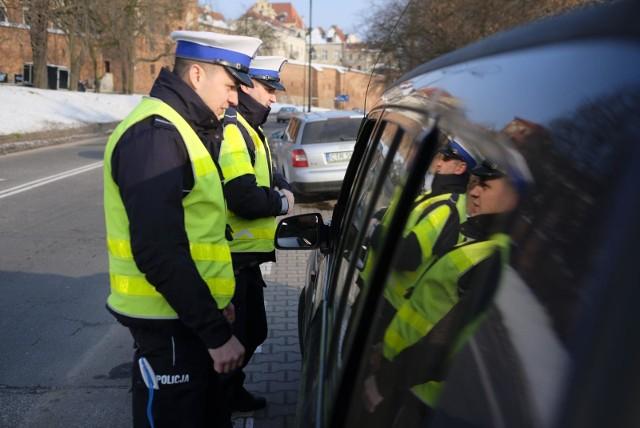 Do tej pory w razie braku przy sobie dowodu rejestracyjnego lub polisy OC policjanci karali mandatami po 50 zł.