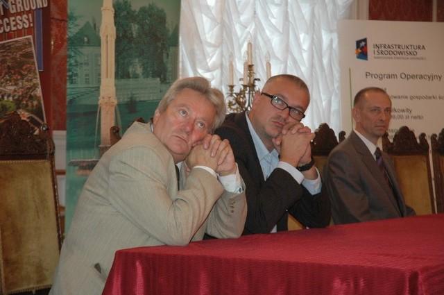 Warto mieć marzenia - zdają się mówić wójt Tomasz Niesłuchowski (z lewej) i burmistrz Sławomir Kowal. To ich współpraca doprowadziła do pozyskania ponad 40 milionów zł dofinansowania na rozbudowę sieci kanalizacyjnej.