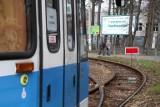 Wrocław. Torowisko na pętli Sępolno zamknięte. Wczoraj wykoleił się tam tramwaj, dziś stoi znak