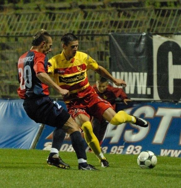 Pilkarze Jagiellonii odnieśli pierwsze zwyciestwo w sezonie. W sobote pokonali przed wlasną publicznością 2:0 Piast Gliwice, a bohaterem meczu byl strzelec obu bramek dla Jagi Lukasz Tumicz.