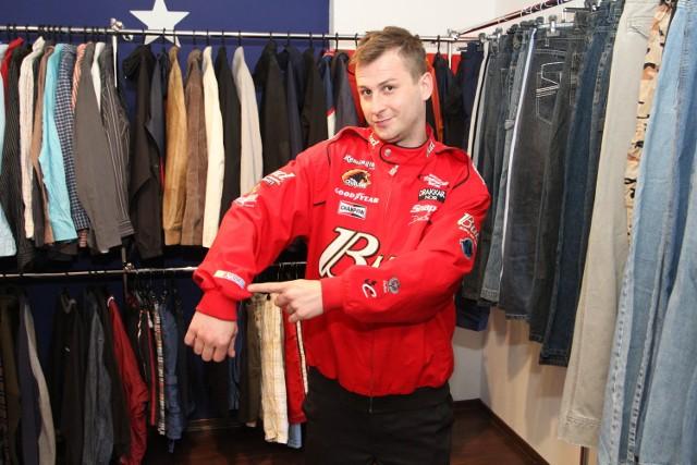 Ubrania s Ameryki, czyli second hand w innym stylu w KielcachW nowym sklepie można kupić także oryginalną kurtkę dla rajdowców biorących udział w amerykańskich torowych wyścigach samochodowych Nas Car. Prezentuje ją Paweł.
