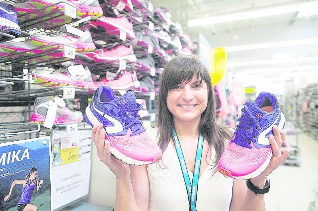 Monika Jelinowska prezentuje buty do biegania.