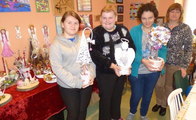 """Podopieczne buskich """"wutezetów"""" (od lewej): Malwina, Karina, Iza i opiekun Dorota Śmigielska prezentują prace, jakie zostały wykonane na kiermasz bożonarodzeniowy."""