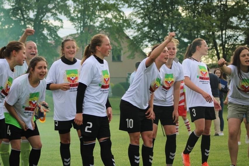 W ten sposób piłkarki Rolnika Głogówek cieszyły się na początku czerwca z awansu do Ekstraklasy. Teraz zaczynają w niej grać.